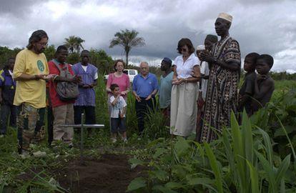 Pato, la madre de Miguel Gil, reza en el lugar donde mataron a su hijo, acompañada por el misionero Chema Caballero. Rogberi, junio de 2003.