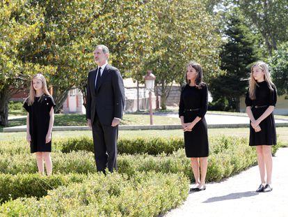 El rey Felipe, la reina Letizia y sus hijas la princesa Leonor y la infanta Sofía, durante el minuto de silencio celebrado este miércoles en memoria de los fallecidos por el coronavirus