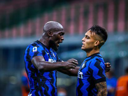 Lukaku y Lautaro celebran un gol en la Serie A.