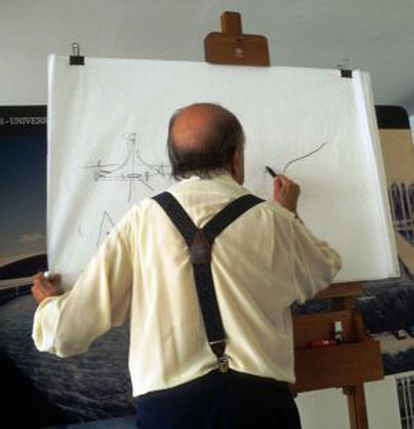 Oscar Niemeyer dibujando en su estudio.