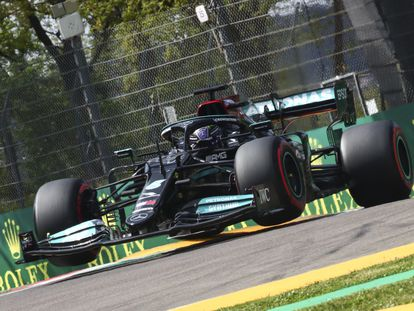 Lewis Hamilton en el circuito de Imola.