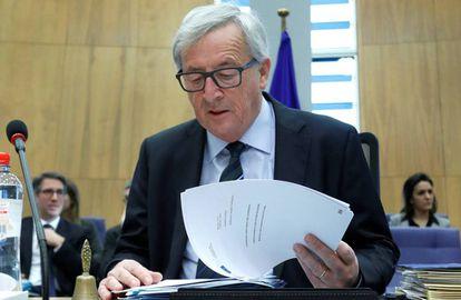 El presidente de la Comisión Europea,  Jean-Claude Juncker, lee el  'Libro banco sobre el futuro de Europa' este martes en Bruselas.