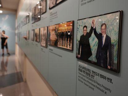 Los líderes de Corea del Sur, Moon Jae In, y Corea del Norte, Kim Jong Un, sonríen en una foto de su cumbre de Panmunjom en abril de 2018, mostrada en una exposición en el Puesto de Observación de Paju, en la Zona Desmilitarizada entre los dos países.