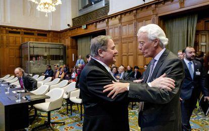 El exfiscal de Colombia, Carlos Gustavo Arrieta Padilla saluda al embajador de Nicaragua Carlos Jose Arguello Gomez en la sede de la Corte Internacional de La Haya.