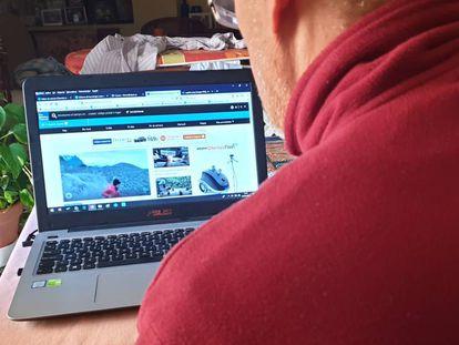 Un usuario consulta en su casa la página de The Weather Channel.