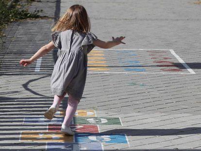 Una niña juega en los alrededores del Parque Santander de Madrid.