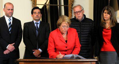 Michelle Bachelet firma el decreto de zona de catástrofe.