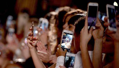 Un grupo interactua con los móviles en un evento.