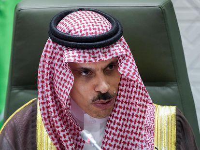 El ministro saudí de Exteriores, el príncipe Faisal Bin Farhan al Saud, durante el anuncio de su propuesta de alto el fuego a los rebeldes Huthi de Yemen.