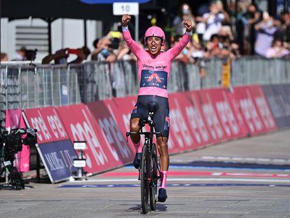 Egan Bernal celebra su triunfo en el Giro de Italia este domingo.
