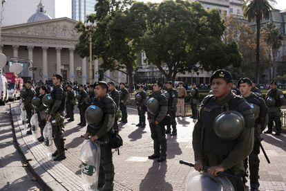 La gendarmería rodea la Plaza de Mayo. Al fondo la catedral de Buenos Aires.