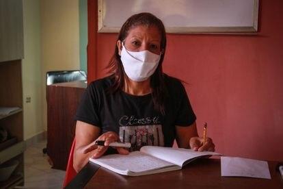 En los cuartos llenos de trastos que dejaron sus hijas, que emigraron a Chile y son parte de la enorme diáspora que ha empujado la crisis humanitaria en Venezuela, Iris Pellicer habilitó salones para impartir clases a los niños y ayudarlos en las tareas escolares.