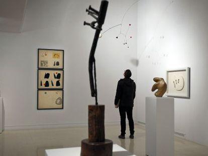 Un móvil de Alexander Calder, al fondo, con una escultura de Jean Arp al lado, en la sala 'El misterio de las formas'.