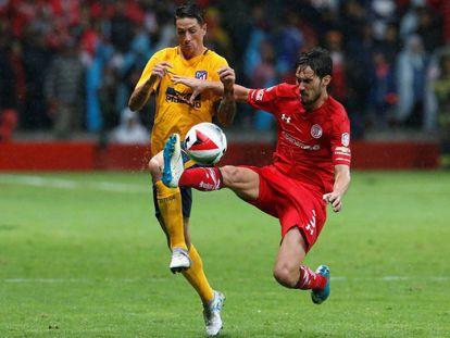 Fernando Torres y Santiago García disputan por el balón