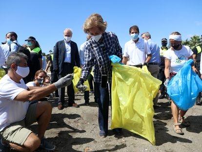 La Reina Doña Sofía (c) participa en la campaña '1m2 por las playas y los mares' del proyecto Libera con motivo del Día Internacional de la Limpieza de las Playas. En Rincón de la Victoria (Málaga, Andalucía, España), a 19 de septiembre de 2020. 19 SEPTIEMBRE 2020 Álex Zea / Europa Press 19/09/2020