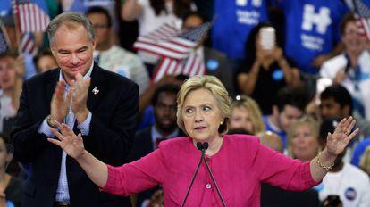 Hillary Clinton y su compañero de campaña, Tim Kaine, este viernes en Filadelfia.