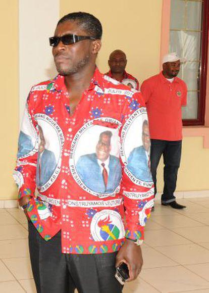 Teodorín Obiang Nguema con una camisa con el retrato de su padre.