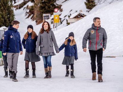 La familia danesa durante un paseo por Verbier, en enero.