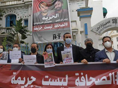 Miembros de la Unión de Periodistas de Túnez piden la libertad de sus colegas marroquíes Omar Radi y Suleimán Raisuni, el 3 de mayo de 2021.