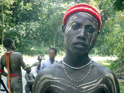 Un turista graba a miembros de la tribu jarawa.