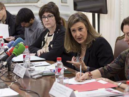 La decana del Colegio de Abogados de Madrid, Sonia Gumpert (segunda por la derecha), durante su intervención.
