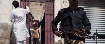Servicio de vigilancia en uno de los equipos que vacunan contra la polio en Pakistán.