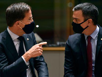 El primer ministro holandés, Mark Rutte, y el presidente del Gobierno español, Pedro Sánchez, este lunes en la cumbre de Bruselas.