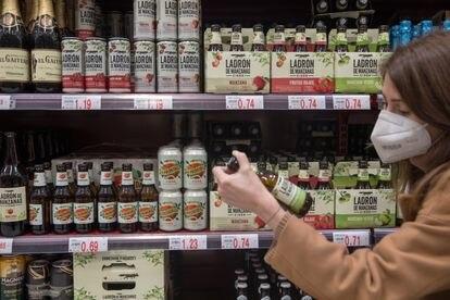 Lineal en un supermercado de Madrid con diferentes marcas de 'cider'.