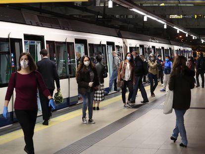 Usuarios del Metro de Madrid con mascarilla, este lunes.