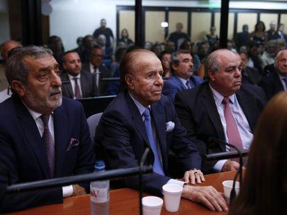 Carlos Menem, en el centro, este jueves en los tribunales federales de Buenos Aires durante la lectura del fallo.