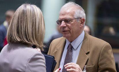 El ministro de Exteriores, Josep Borrell, con la jefa de la diplomacia europea, Federica Mogherini.