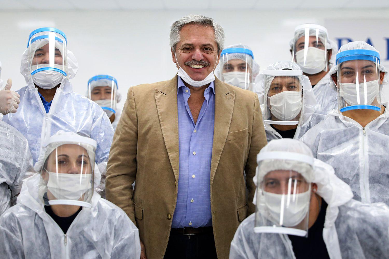 El presidente Alberto Fernández posa junto a trabajadores de una automotriz en las afueras de Buenos Aires, el 1 de mayo pasado.
