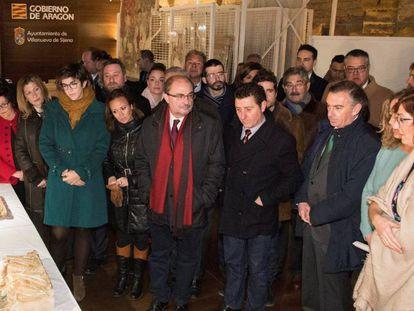 El presidente Lambán, durante su visita al monasterio de Sijena para ver por primera vez las obras que volvieron este lunes.