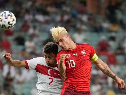 Xhaka disputa un balón aéreo ante Under, de Turquía.