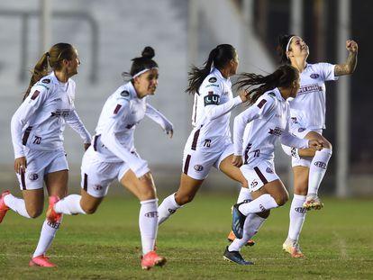 Las jugadoras de Ferroviaria celebran la victoria en semifinales de la Copa Libertadores sobre Universidad de Chile en el estadio Nuevo Francisco Urbano.