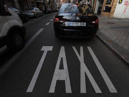 Un vehículo VTC en un servicio en las calles de Madrid, durante el tercer día de protestas del taxi.