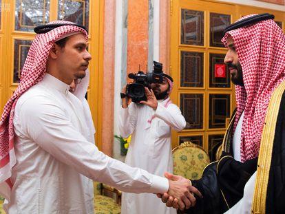 Salah, uno de los cuatro hijos de Jamal Khashoggi, recibe el pésame del príncipe Mohamed Bin Salmán por la muerte de su padre.