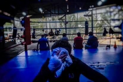Un joven descansa tras su entrenamiento de boxeo en el gimnasio de Jair Monroy, en la colonia Morelos.