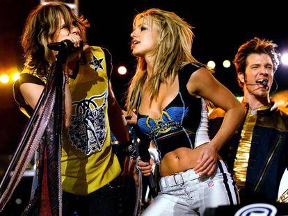 Steven Tyler, de Aerosmith, y Britney Spears, poniéndole juerga rockera a la Super Bowl en 2001.
