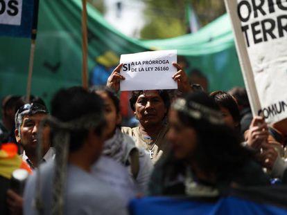 Protesta de indígenas en Buenos Aires para exigir la prórroga de la ley que frena los desalojos.