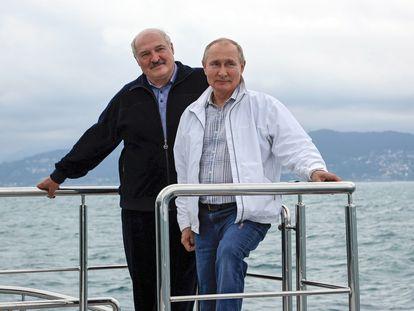 Vladimir Putin (a la derecha) y Alexandr Lukashenko, el sábado en Sochi (Rusia).
