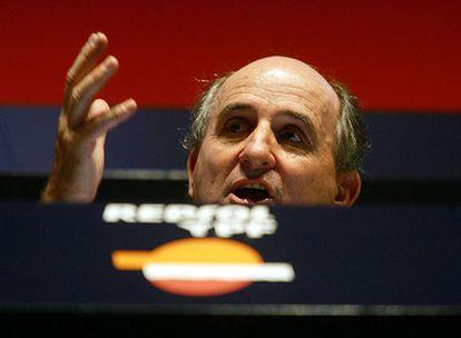 Antonio Brufau interviene en la junta general de accionistas de Repsol en junio de 2006.
