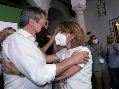 Díaz felicita a Espadas tras conocer el resultado de las primarias, el domingo por la noche en la sede del PSOE-A en Sevilla.