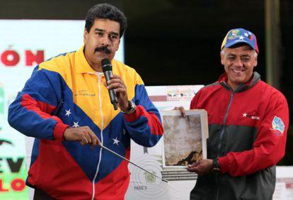 Maduro enseña una mancha en el metro de con parecido a Chávez