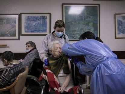 Un equipo del Departamento de Salud vacuna contra la covid 19 en una residencia de Barcelona.