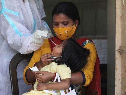 Realización de un test de covid en Nueva Delhi el 15 de abril.