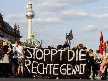 Manifestantes en Berlín con un cartel donde se lee