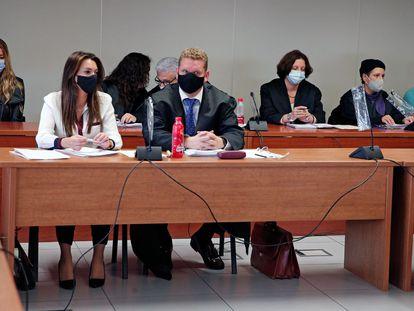 En la última fila, en los extremos, los acusados María Jesús (a la izquierda) y Salvador (a la derecha y con polo azul), durante la vista pública del juicio que se ha iniciado hoy en la Audiencia de Valencia.