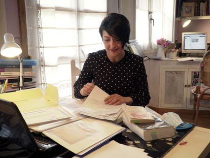 Tamara Schulz, profesora de secundaria, repasa los diferentes contratos que ha acumulado en su carrera.