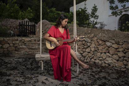 La compositora Silvana Estrada, nueva gran voz de la música mexicana, llegó el viernes para dar un concierto en la isla.